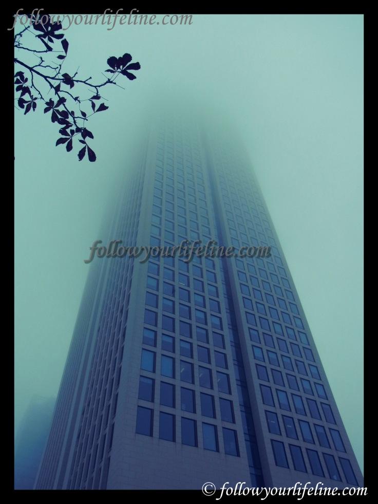 Opernturm im Nebel, Frankfurt