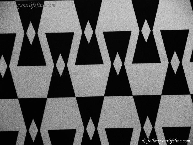 Museum der Weltkulturen, Ausschnitt Muster der Tafel in der U-Bahn-Station Frankfurt Schweizer Platz